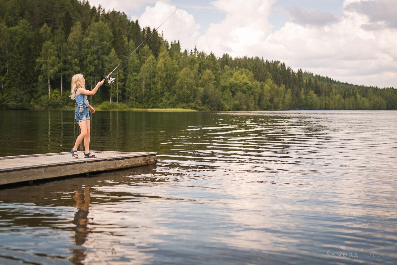Girl-fishing-in-lake-by-Stockholm-family-photographer-Sandra-Jolly.jpg