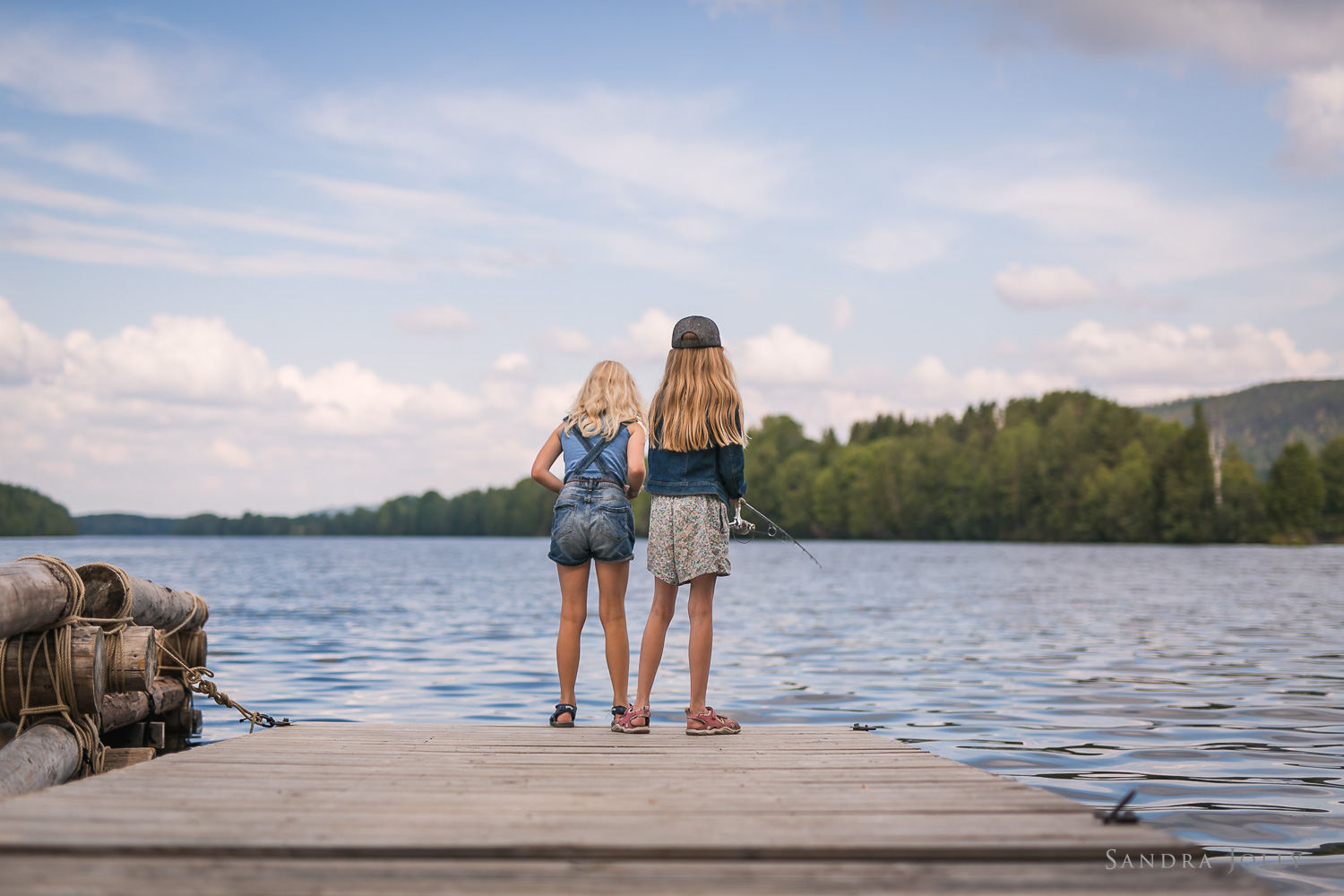 Sisters-fishing-in-lake-by-Stockholm-family-photographer-Sandra-Jolly.jpg