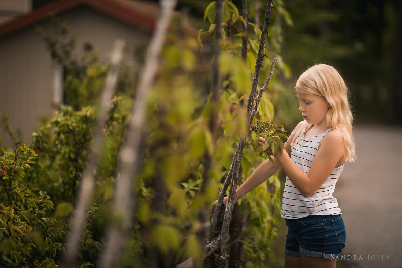 girl-enjoying-nature-by-bra-familjefotograf-Sandra-Jolly.jpg