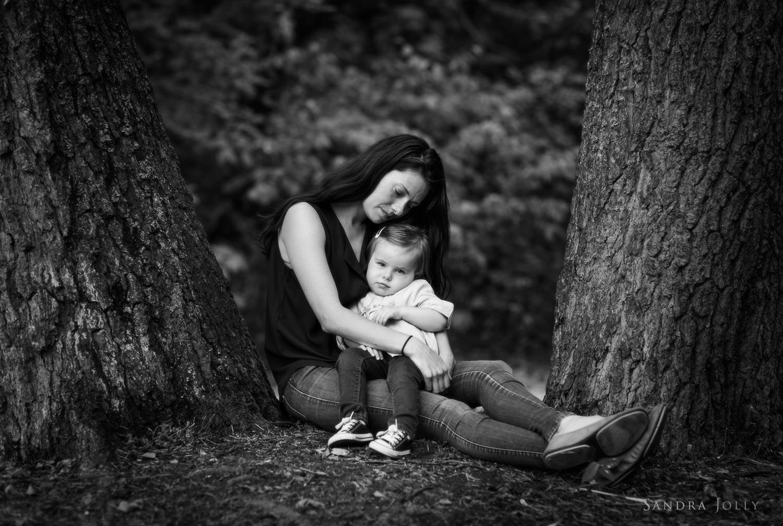 mother-and-daughter-in-ulriksdals-slott-trädgård-by-barnfotograf-Sandra-Jolly.jpg
