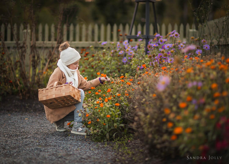 Girl-picking-flowers-in-Edsbergparken-by-Sollentuna-barnfotograf.jpg