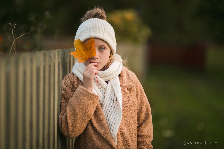 autumn-portrait-of-girl-with-leaf-by-Sollentuna-fotograf-Sandra-Jolly.jpg