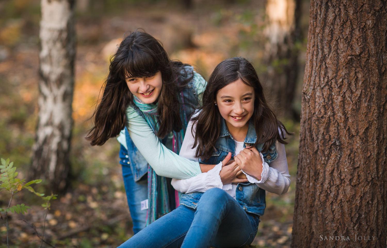 sisters-having-fun-by-Sandra-Jolly-bra-familjefotografering.jpg