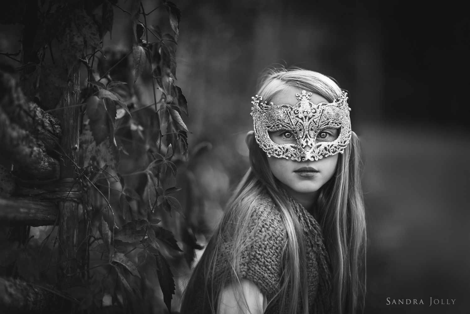 black-and-white-photo-of-girl-in-a-mask-by-Stockholm-barnfotograf-Sandra-Jolly.jpg