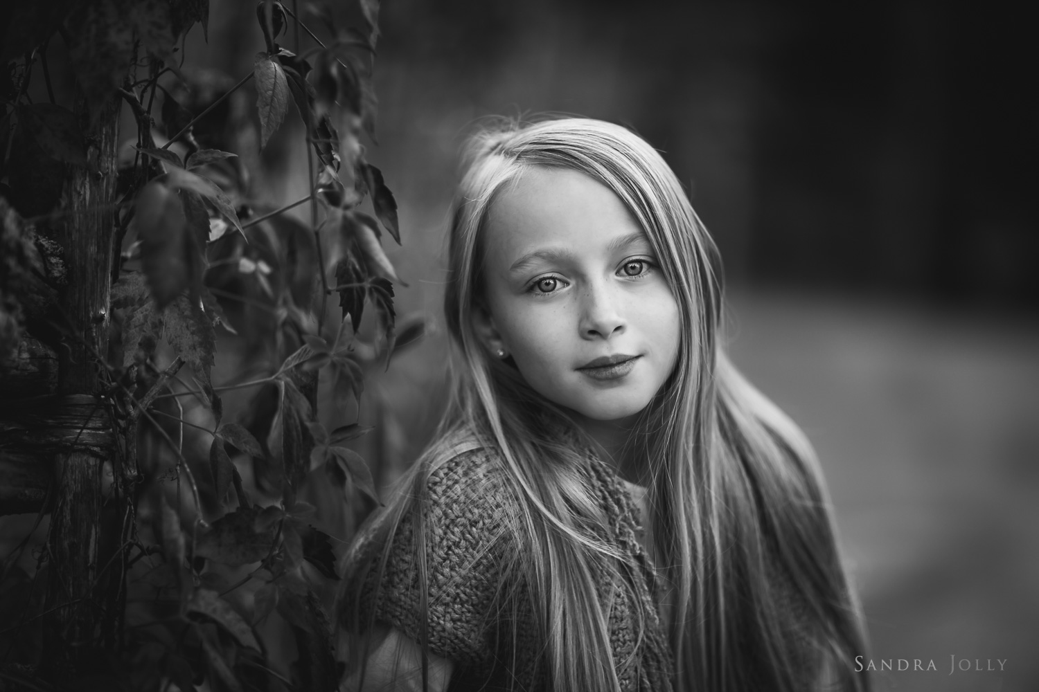 black-and-white-photo-of-a-young-girl-by-Stockholm-familjefotograf-Sandra-Jolly.jpg