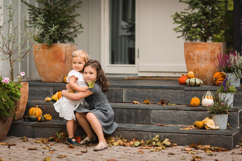 autumn-portrait-little-sisters-outdoors-by-child-photographer-Sandra-jolly.jpg