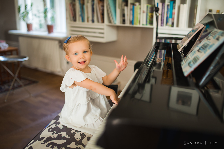 portrait-of-girl-playing-piano-by-bra-familjefotograf-Sandra-jolly.jpg