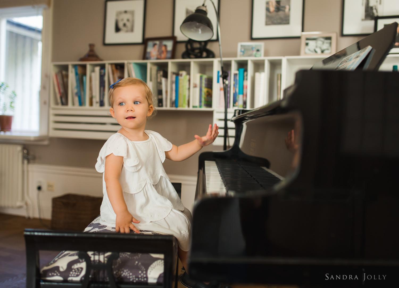 portrait-of-girl-playing-piano-in-saltsjö-duvnas.jpg