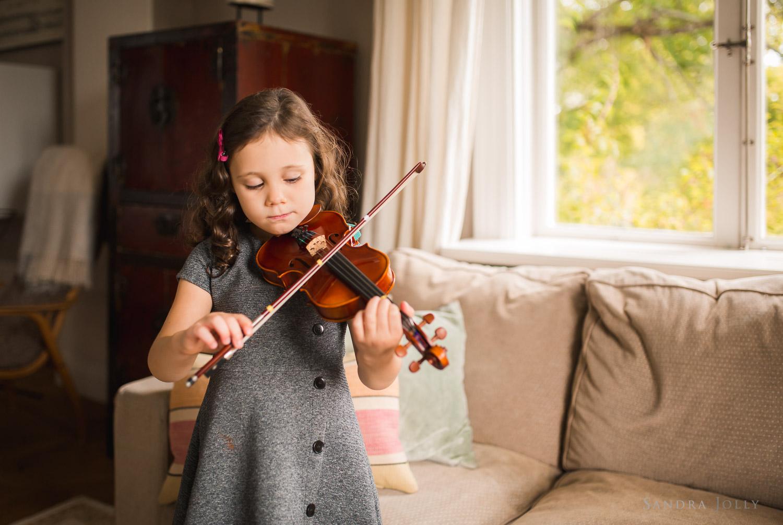 portrait-of-girl-playing-violin-by-bra-familjefotograf-Sandra-jolly.jpg