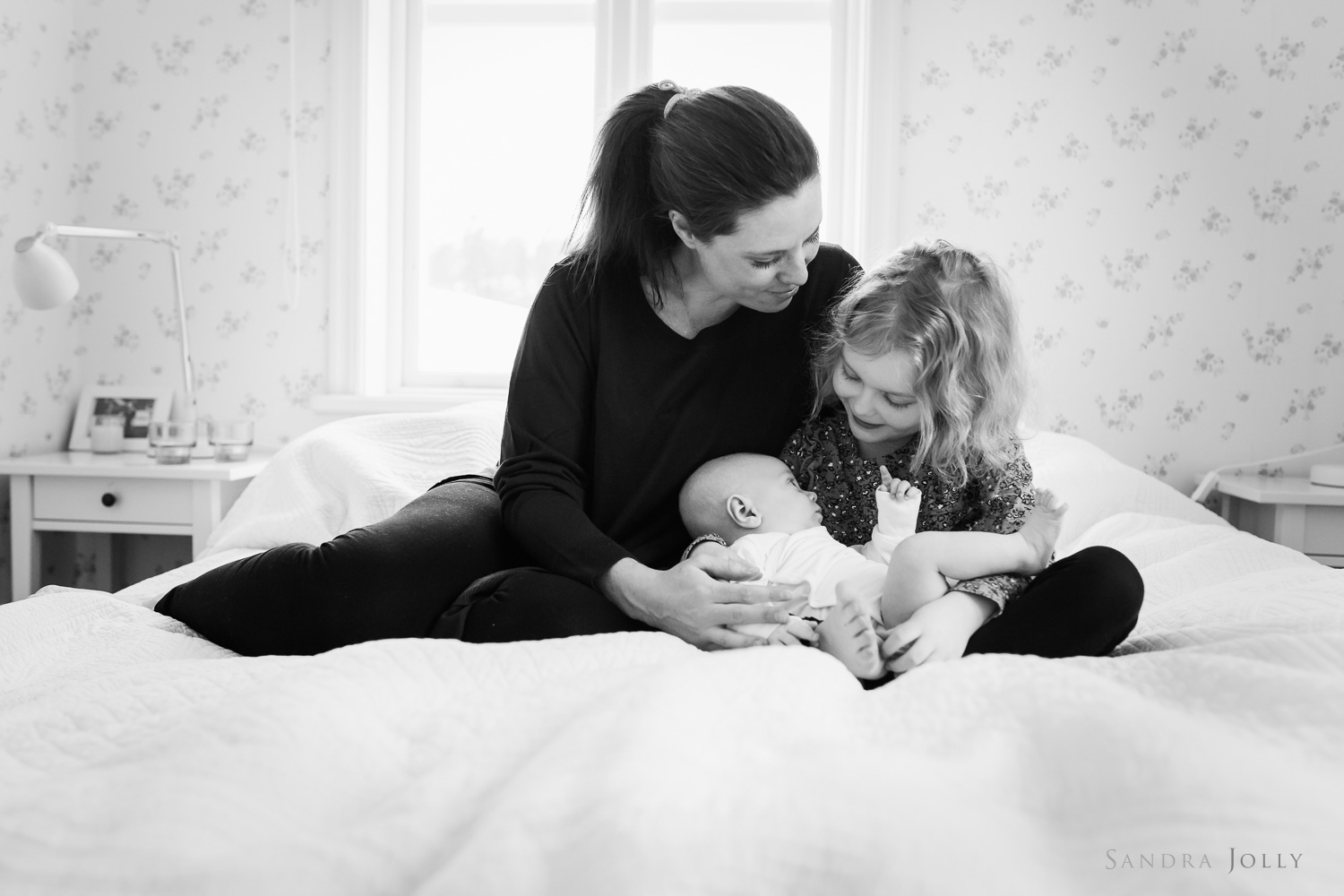 lifestyle-session-at-home-with-mother-and-babies-by-stockholm-child-photographer-sandra-jolly.jpg