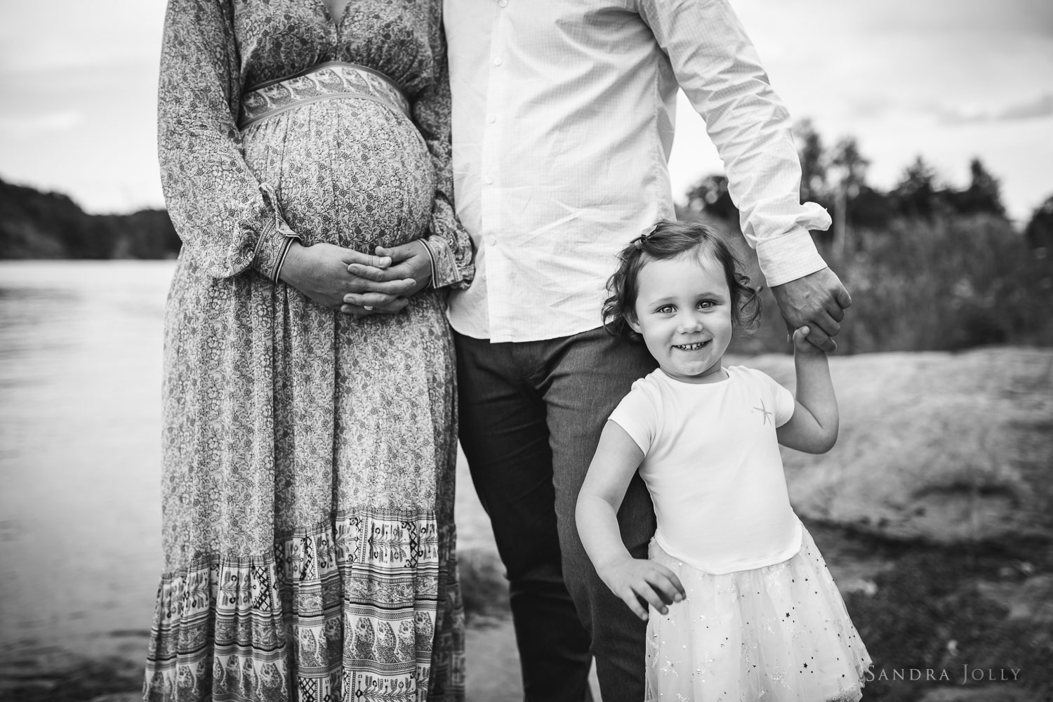 black-and-white-photo-of-parents-with-daughter-by-Stockholm-family-photographer-Sandra-Jolly.jpg