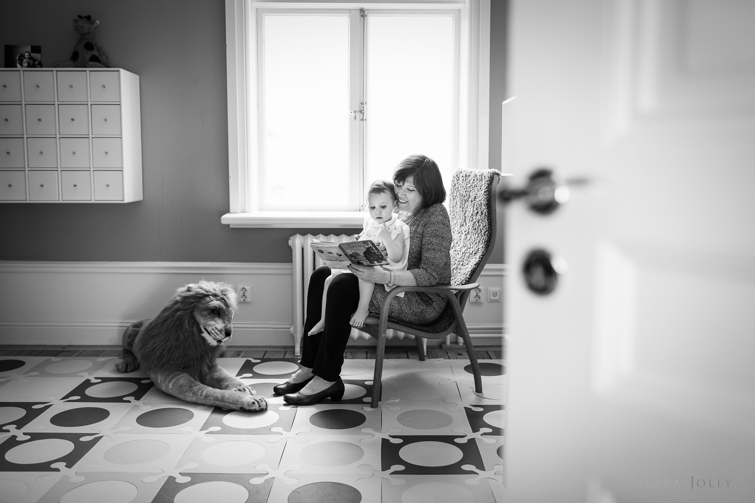 grandmother-reading-to-daughter-by-top-Stockholm-photorapher-Sandra-Jolly.jpg