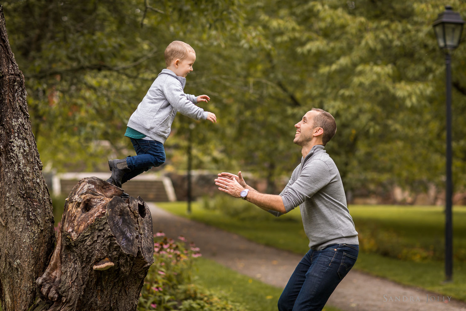 son-jumping-to-his-dad-photo-session-in-Färsta.jpg
