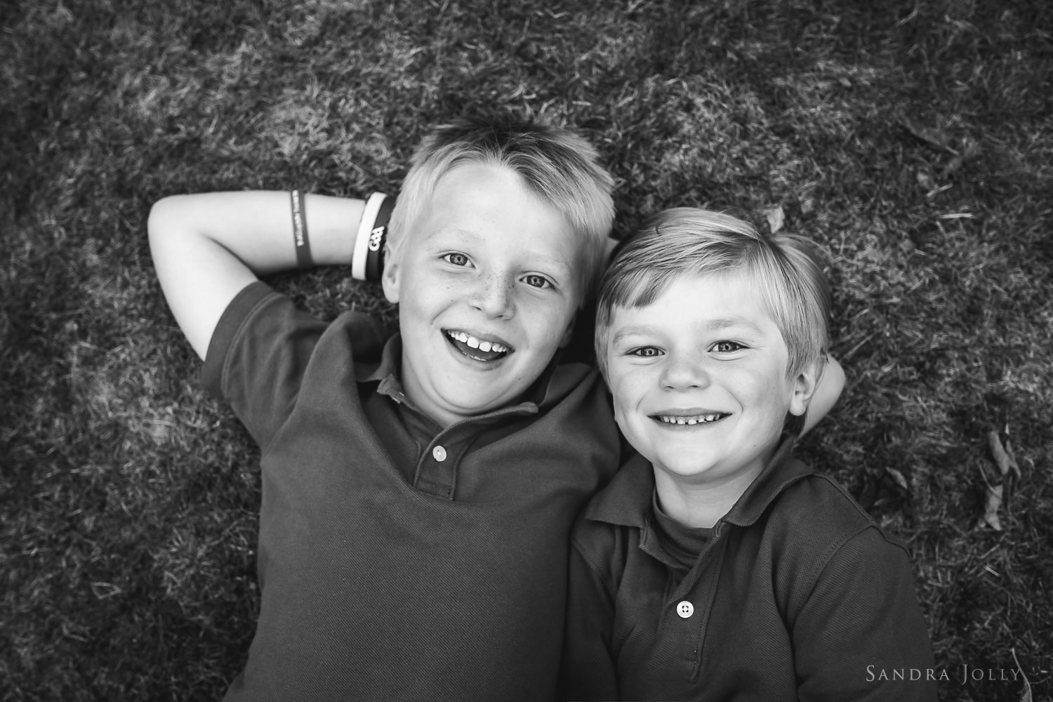 black-and-white-sibling-photo-by-barnfotograf-Sandra-Jolly.jpg