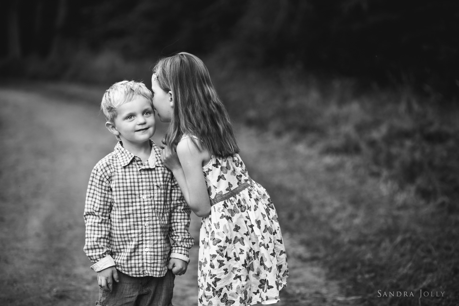 black-and-white-sibling-photo-by-familjefotograf-Sandra-Jolly.jpg