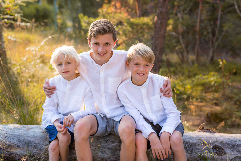 Brothers-hugging-by-bra-Stockholm-familjefotograf-Sandra-Jolly.jpg