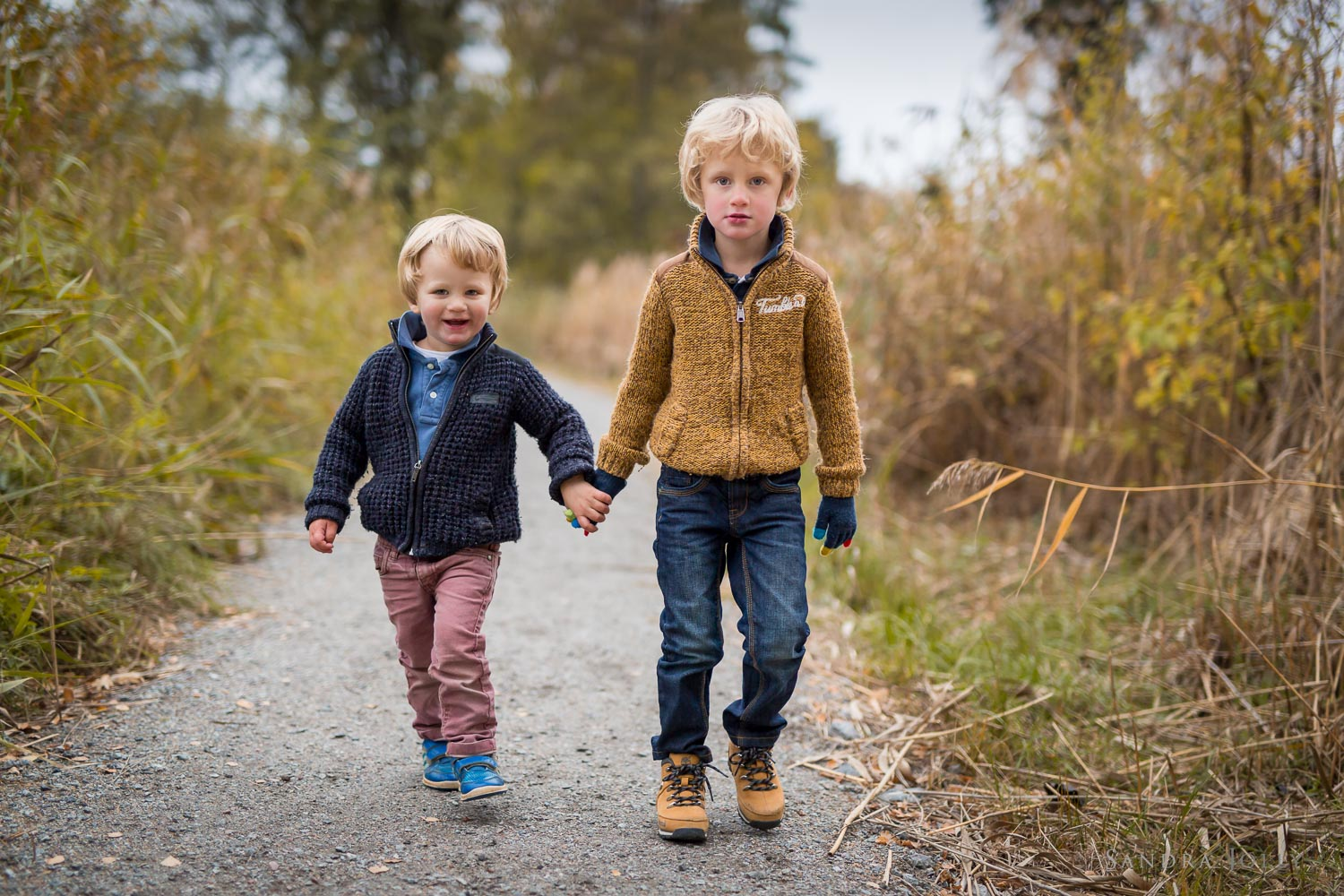 Brothers-walking-by-Stockholm-fotograf-Sandra-Jolly.jpg