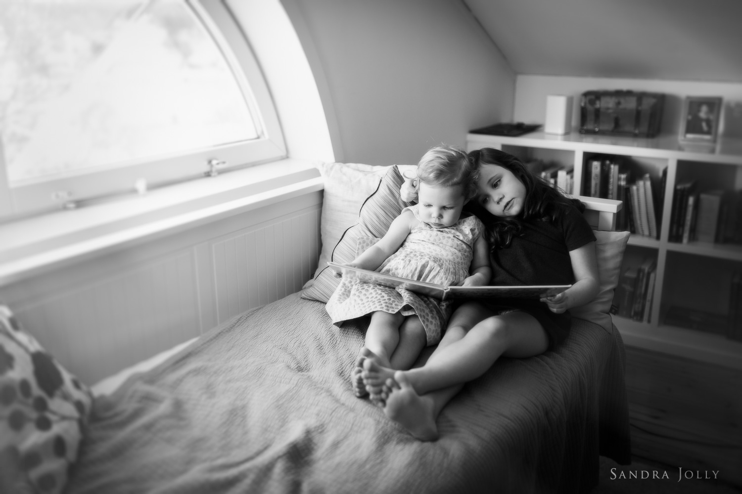 sisters-reading-by-Stockholm-family-photographer-Sandra-Jolly.jpg