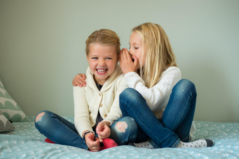 Sisters-whispering-by-bra-Stockholm-fotograf-Sandra-Jolly.jpg