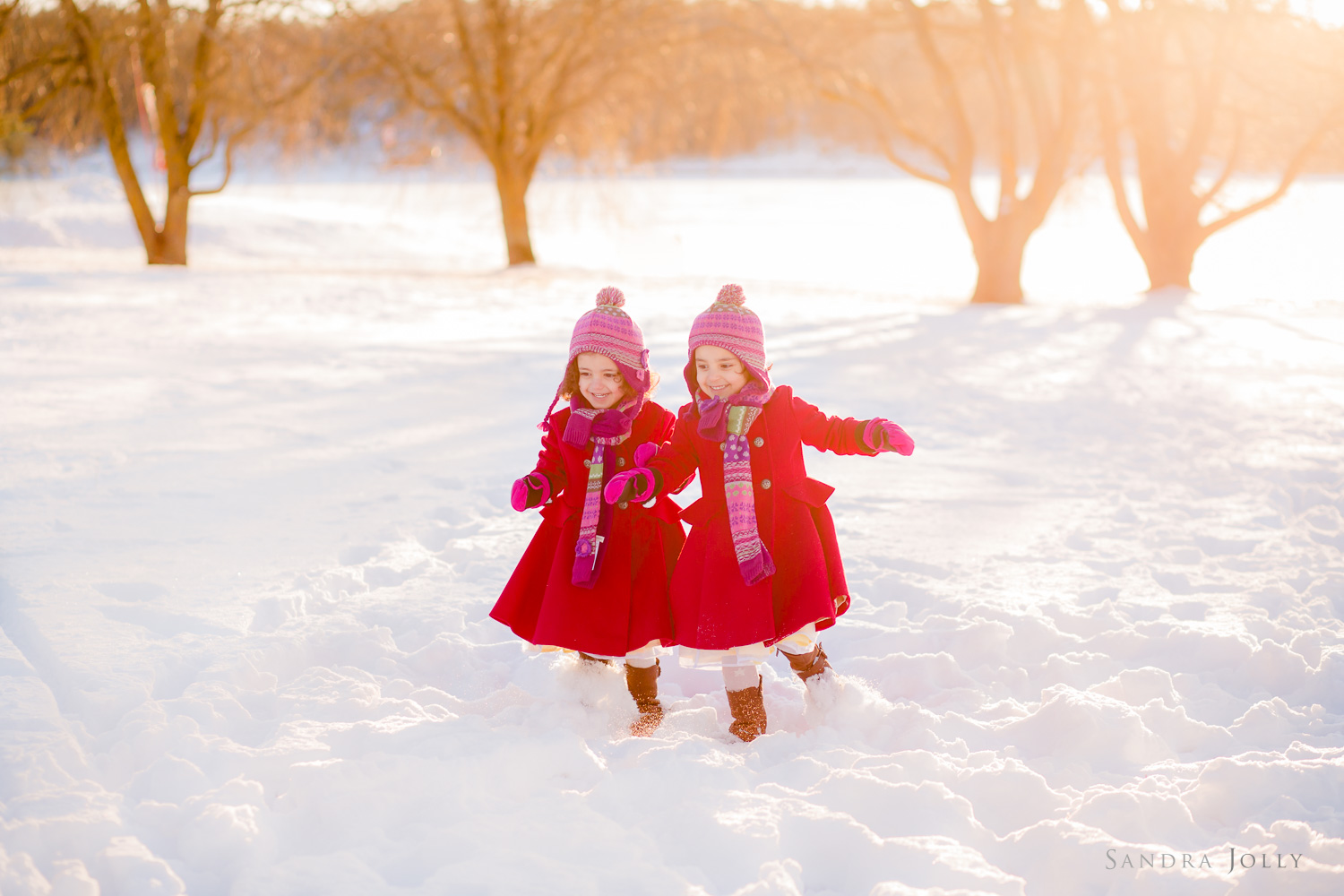 twins-running-in-the-snow-by-bra-familjefotograf-Sandra-Jolly.jpg