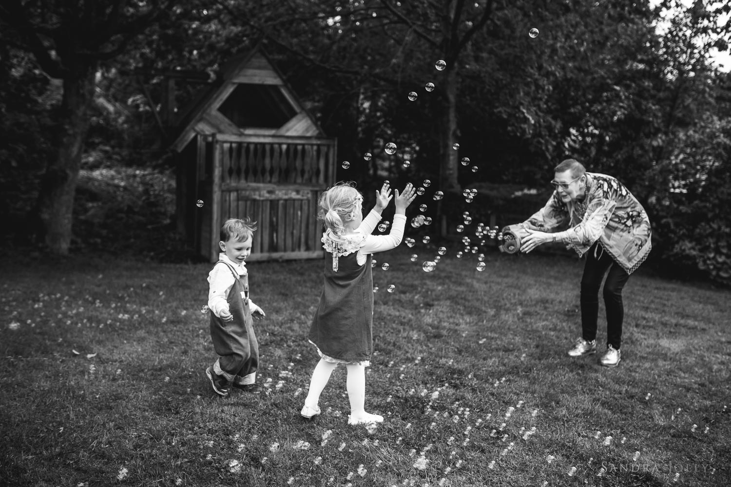 grandma-playing-with-grandchildren-by-täby-fotograf-sandra-jolly.jpg