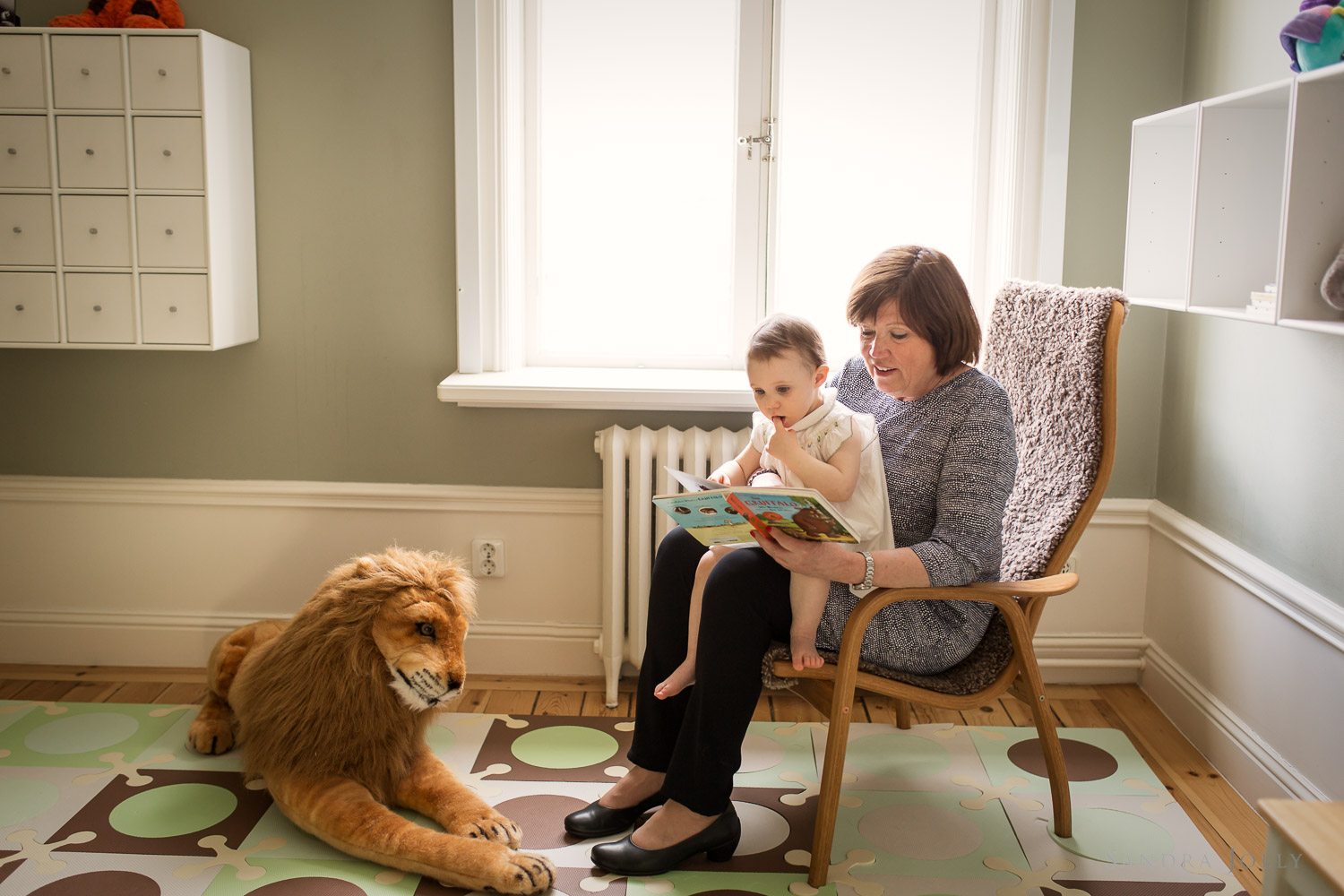 grandmother-reading-to-granddaughter-by-familjefotograf-sandra-jolly.jpg