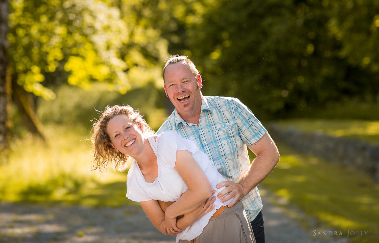 couple-at-Rosersberg-slott-by-bra-familjefotograf.jpg