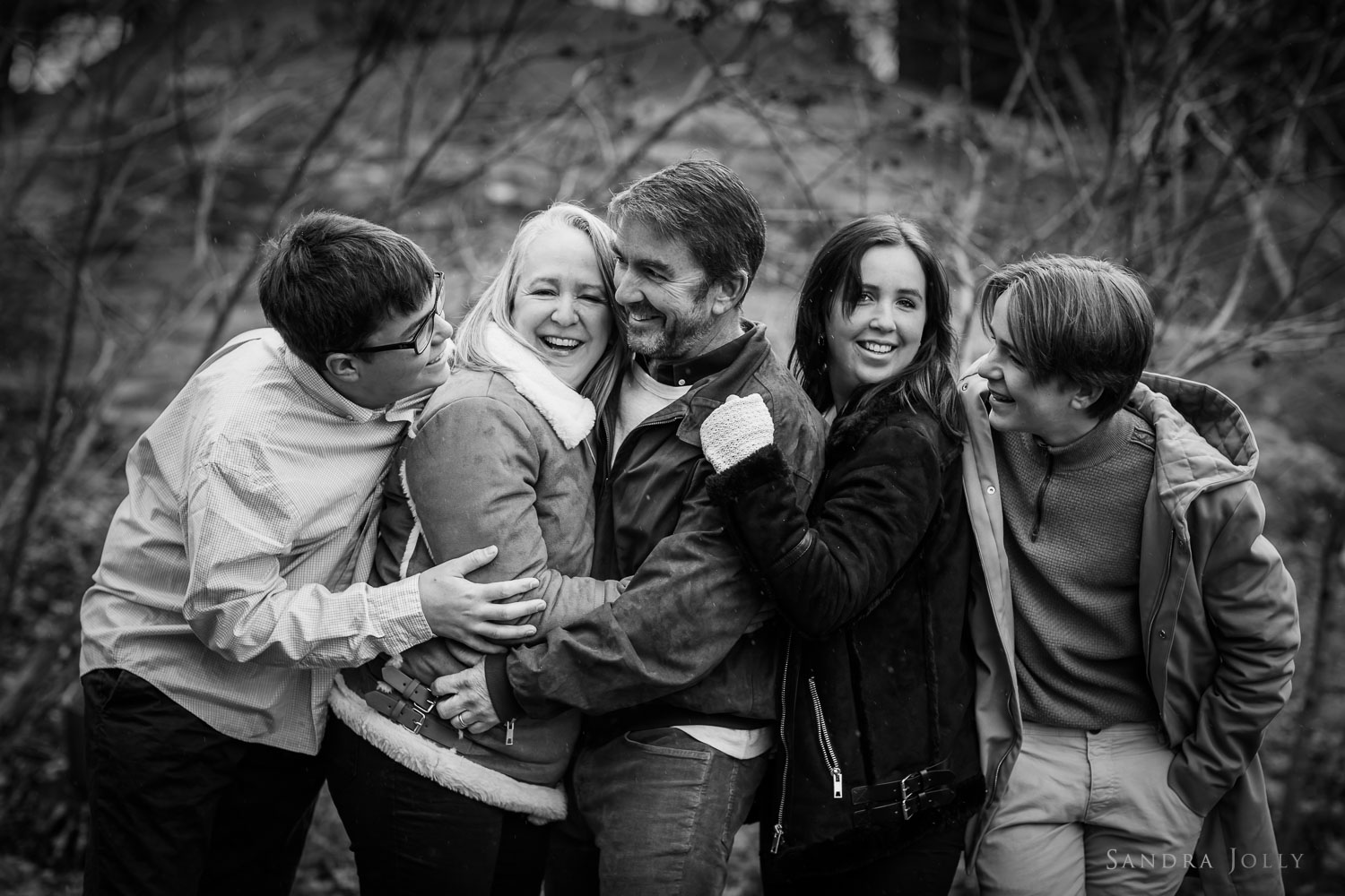 family-hugging-in-Danderyd-by-familjefotograf-Sandra-Jolly.jpg