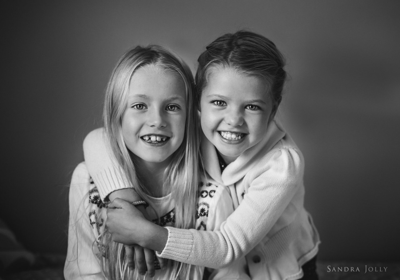 sistes-hugging-by-Sollentuna-familjefotograf-Sandra-Jolly.jpg