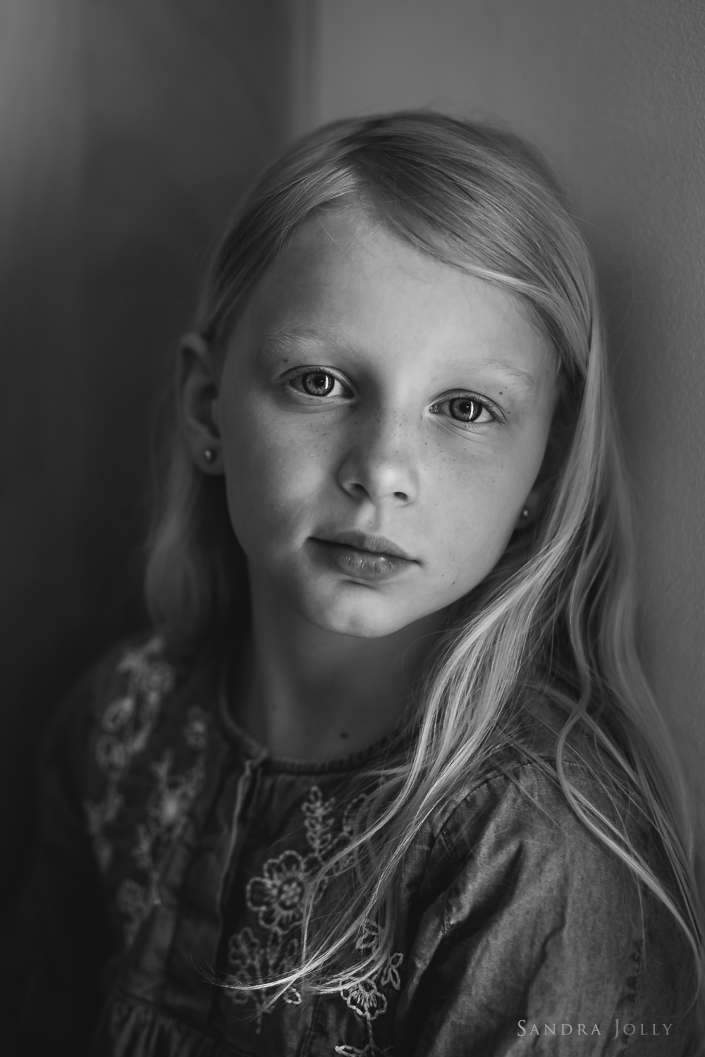 black-and-white-portrait-of-young-girl-familjefotograf-Stockholm.jpg