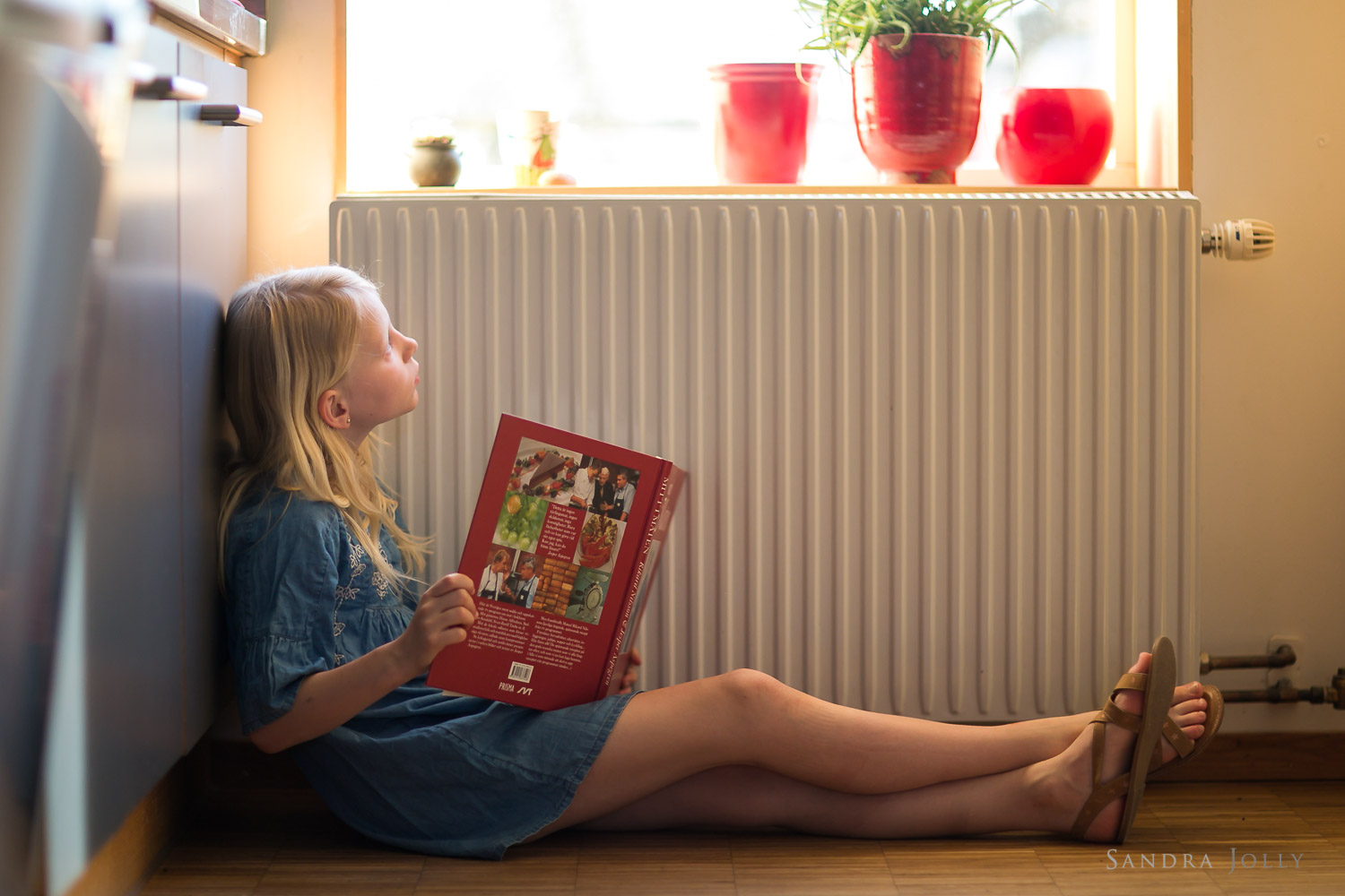 girl-looking-out-window-by-stockholm-family-photographer-sandra-jolly.jpg