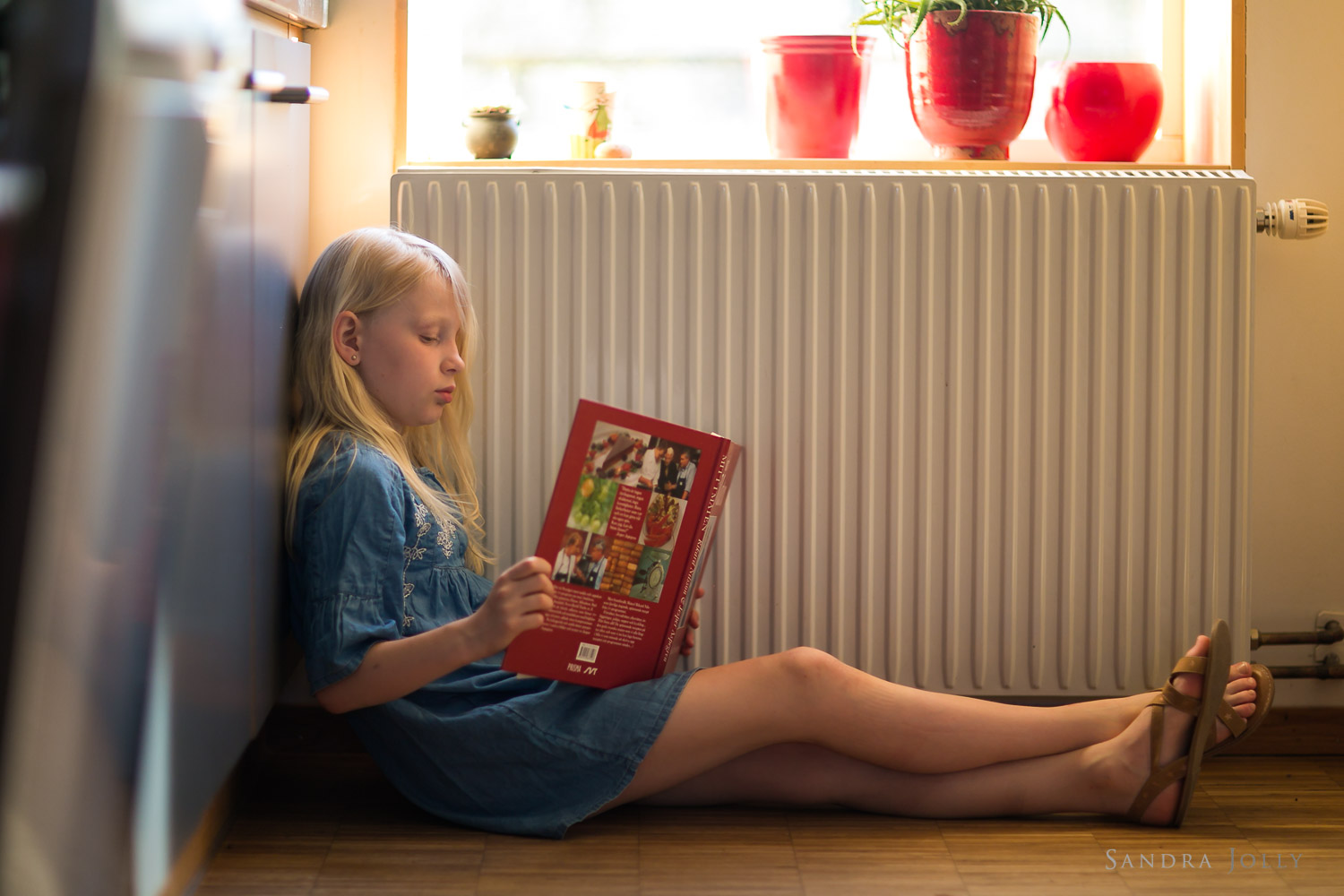 photo-of-girl-reading-by-stockholm-family-photographer-sandra-jolly.jpg