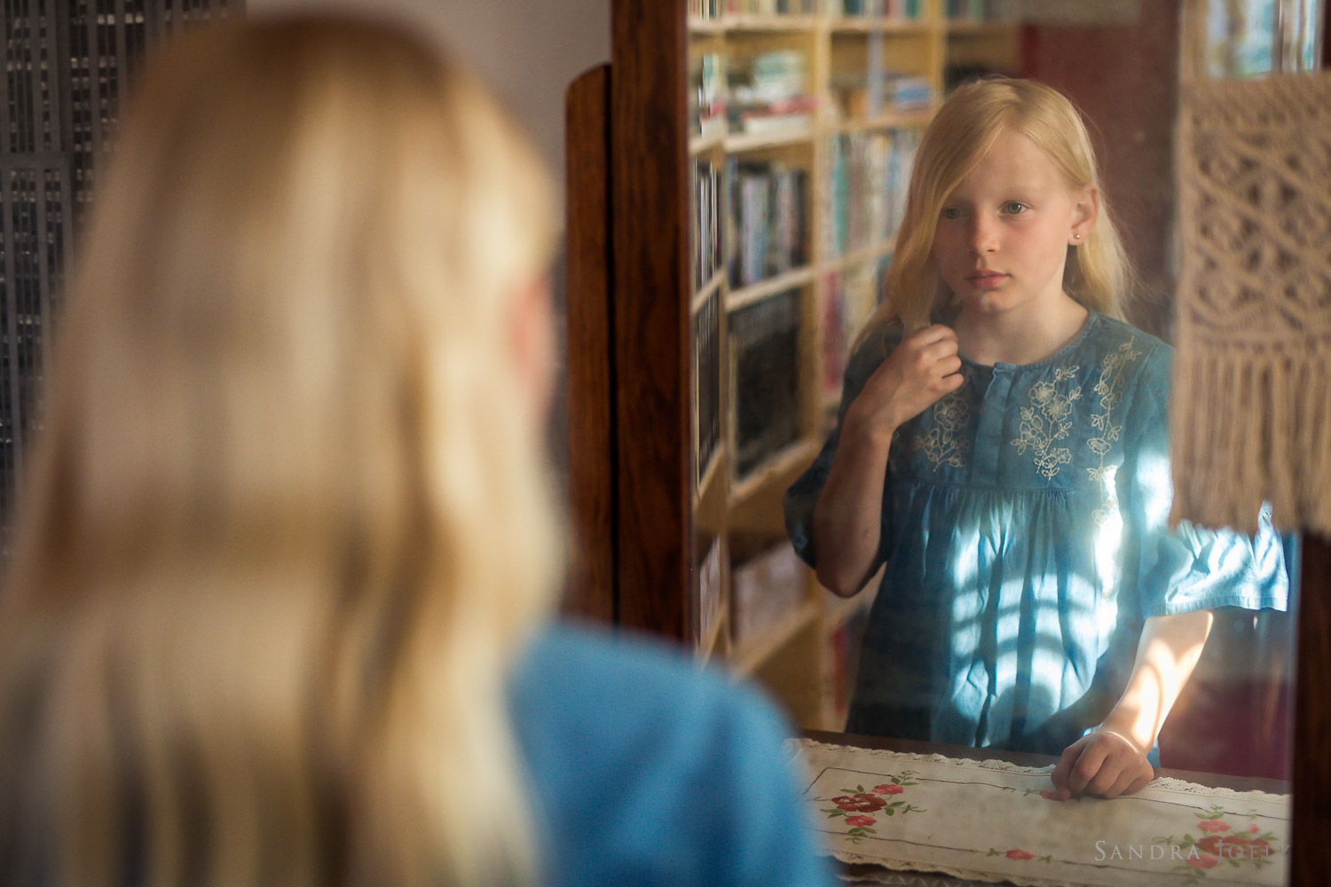portrait-of-young-girl-in-mirror-familjefotograf-Stockholm.jpg