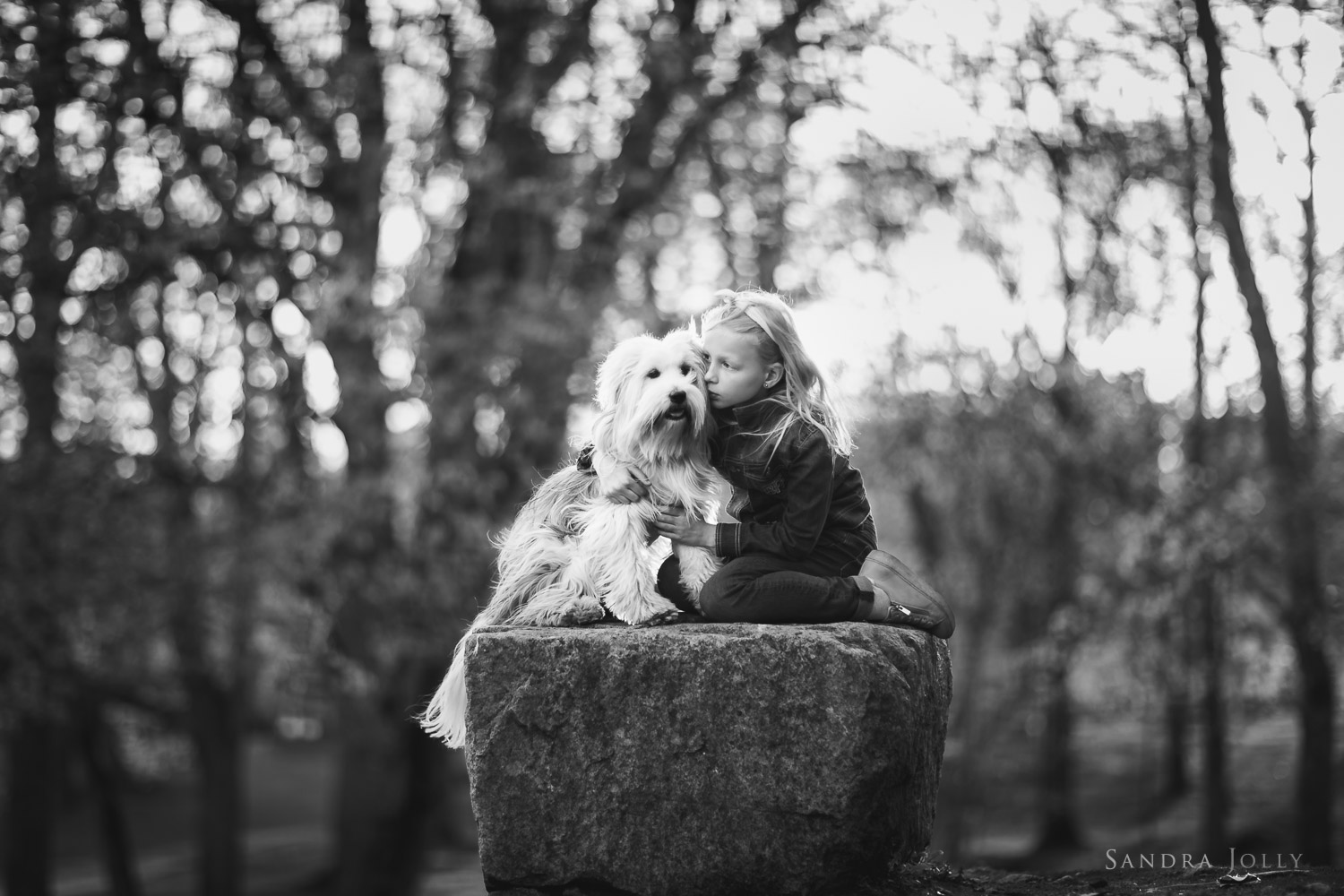 girl-and-dog-on-a-rock-barnfotografering-stockholm.jpg