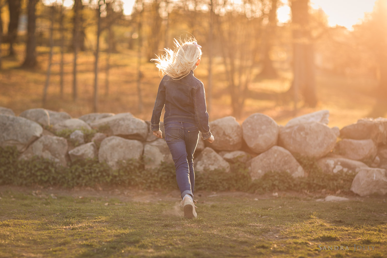 girl-running-at-sunset-familjefotografering-sandra-jolly.jpg