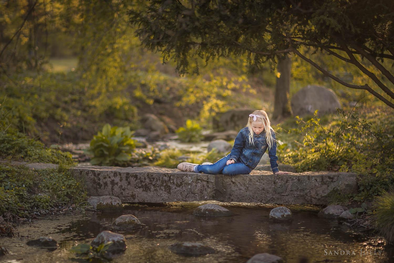 little-girl-on-a-bridge-familjefotografering-stockholm.jpg