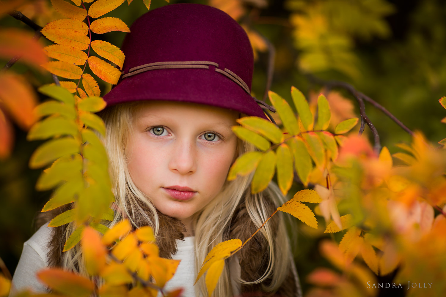 autumn-portrait-of-girl-in-a-hat-by-stockholm-familjefotograf-sandra-jolly.jpg