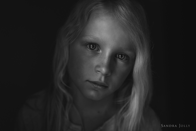 dramatic-portrait-of-young-girl-by-stockholm-barnfotograf-sandra-jolly.jpg