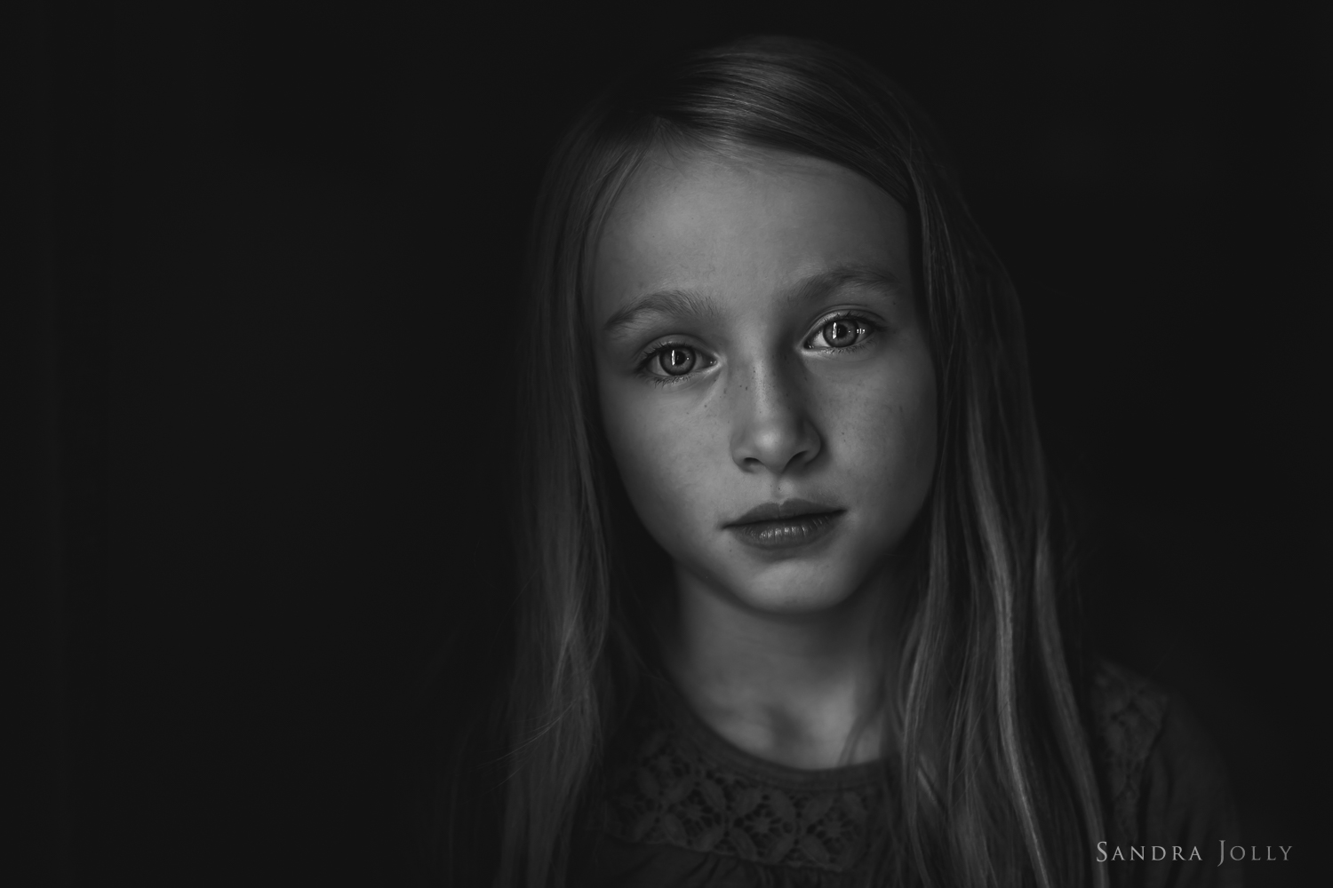 dramatic-portrait-of-young-girl-by-stockholm-familjefotograf-sandra-jolly.jpg