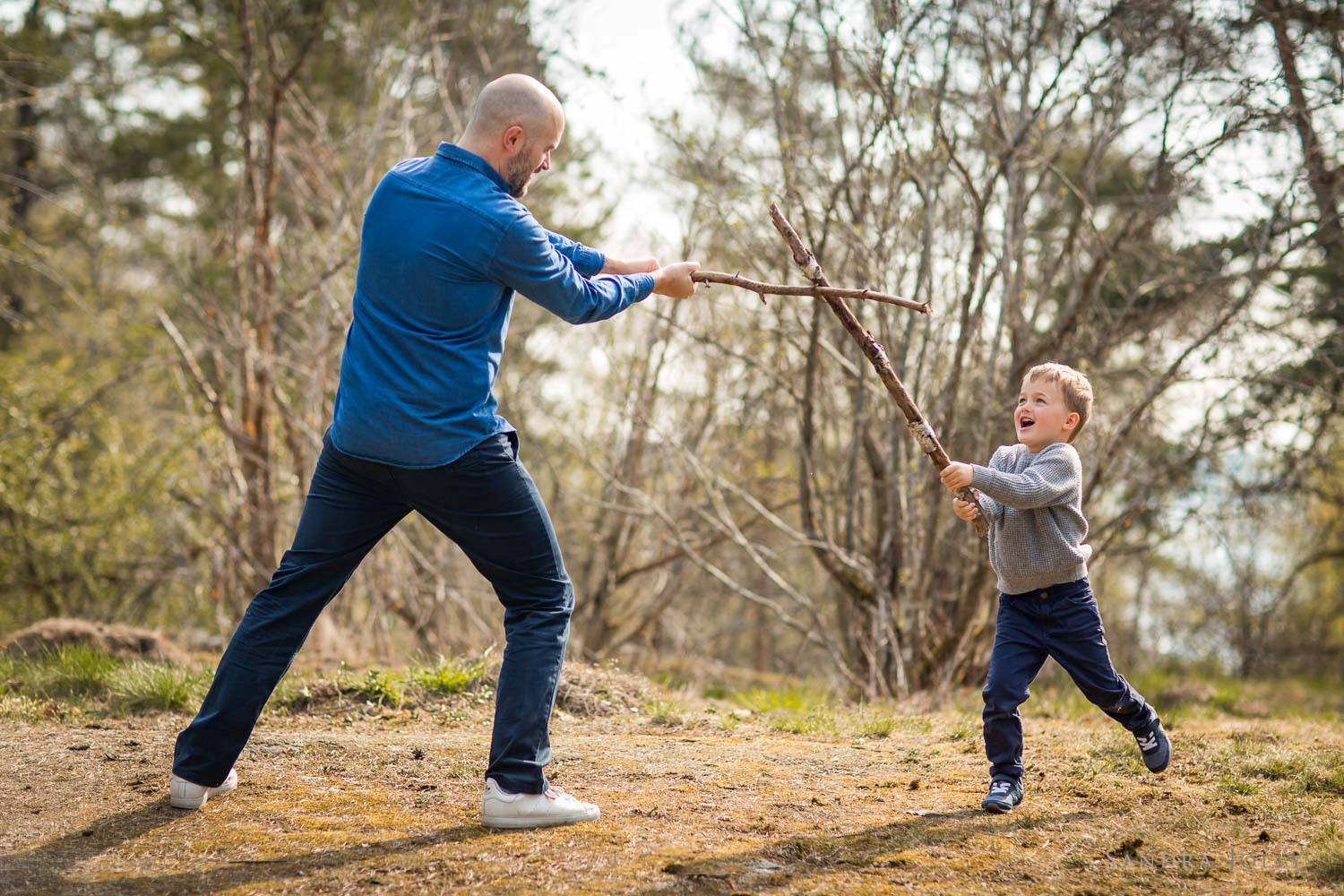 father-and-son-sword-fighting-by-stockholm-familjefotograf.jpg