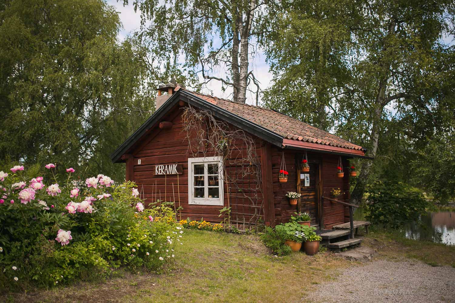 red-log-cabin-in-dalarna.jpg