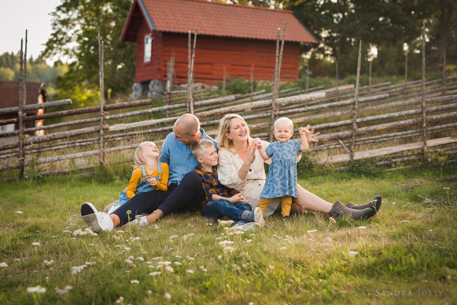 family-outdoor-summer-photo-session-stockholm-by-familjefotograf-sandra-jolly.jpg