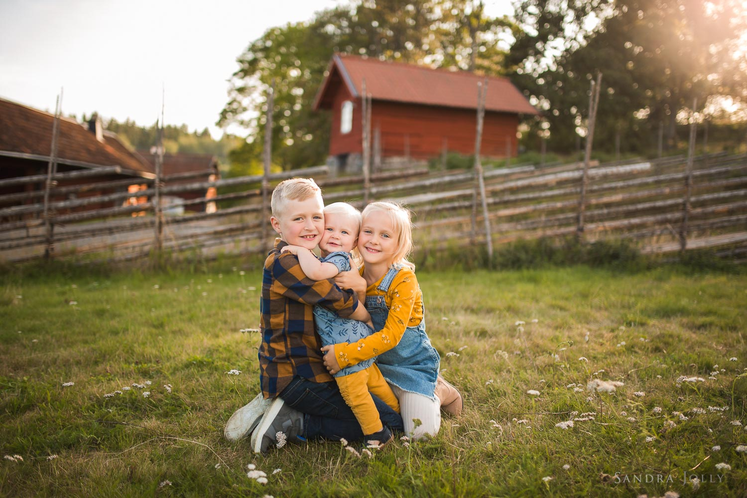 sibling-outdoor-summer-photo-session-stockholm-by-barnfotograf-sandra-jolly.jpg
