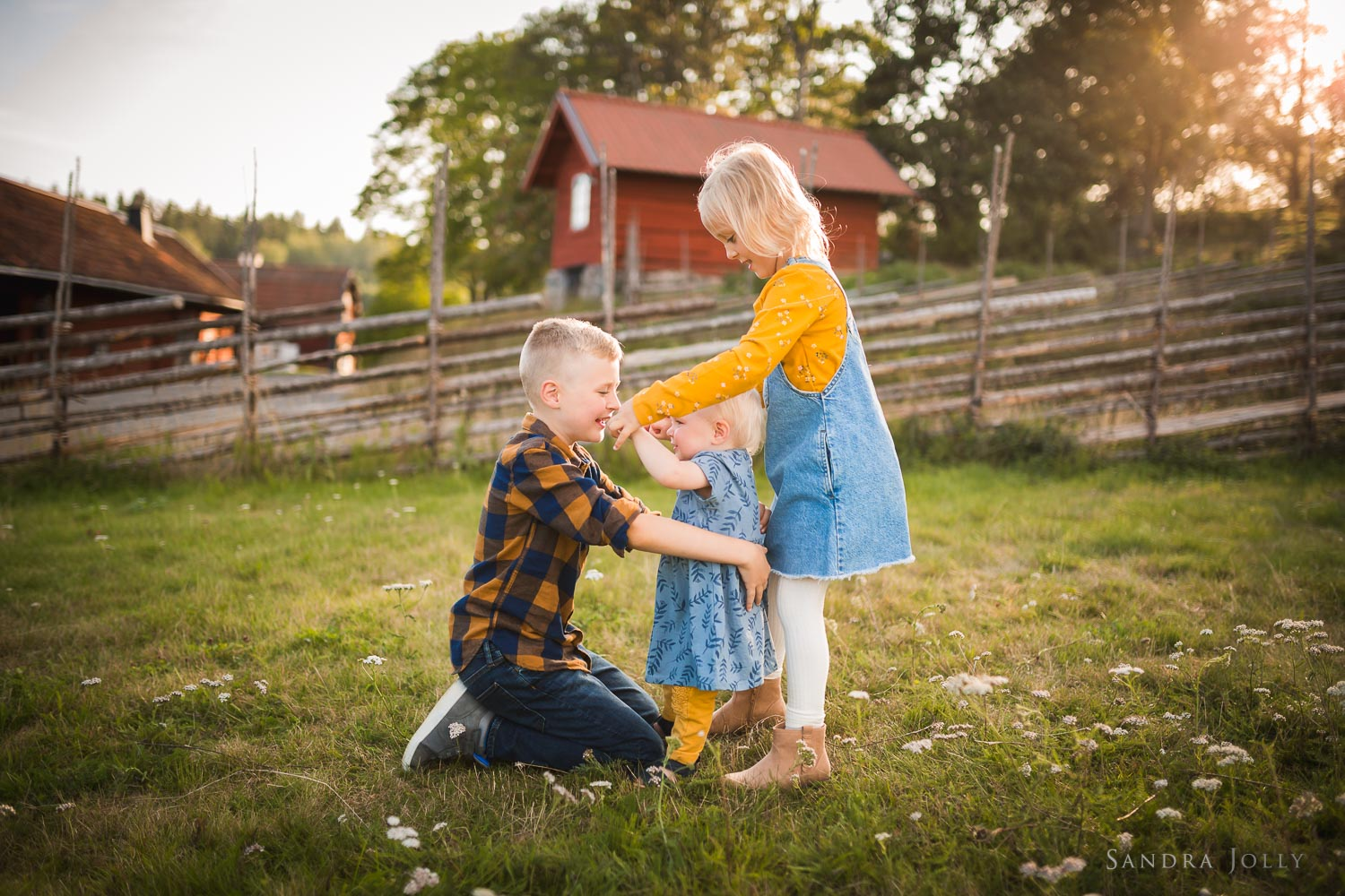 sibling-outdoor-summer-photo-session-stockholm-by-familjefotograf-sandra-jolly.jpg