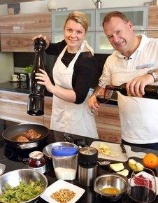 Andreas Bosse, Chef der Stendaler  Landbäckerei, kocht mit Volksstimme-  Redakteurin Anja Guse sein Lieblingsgericht:  Entenbrust an Kartoffelstampf und Ruccola-  salat. Das Kochen hat dem 51-Jährigen  Ehefrau Roswita gezeigt. Sie ist  gelernte Köchin und leitet heute mit ihm die  Bäckerei.