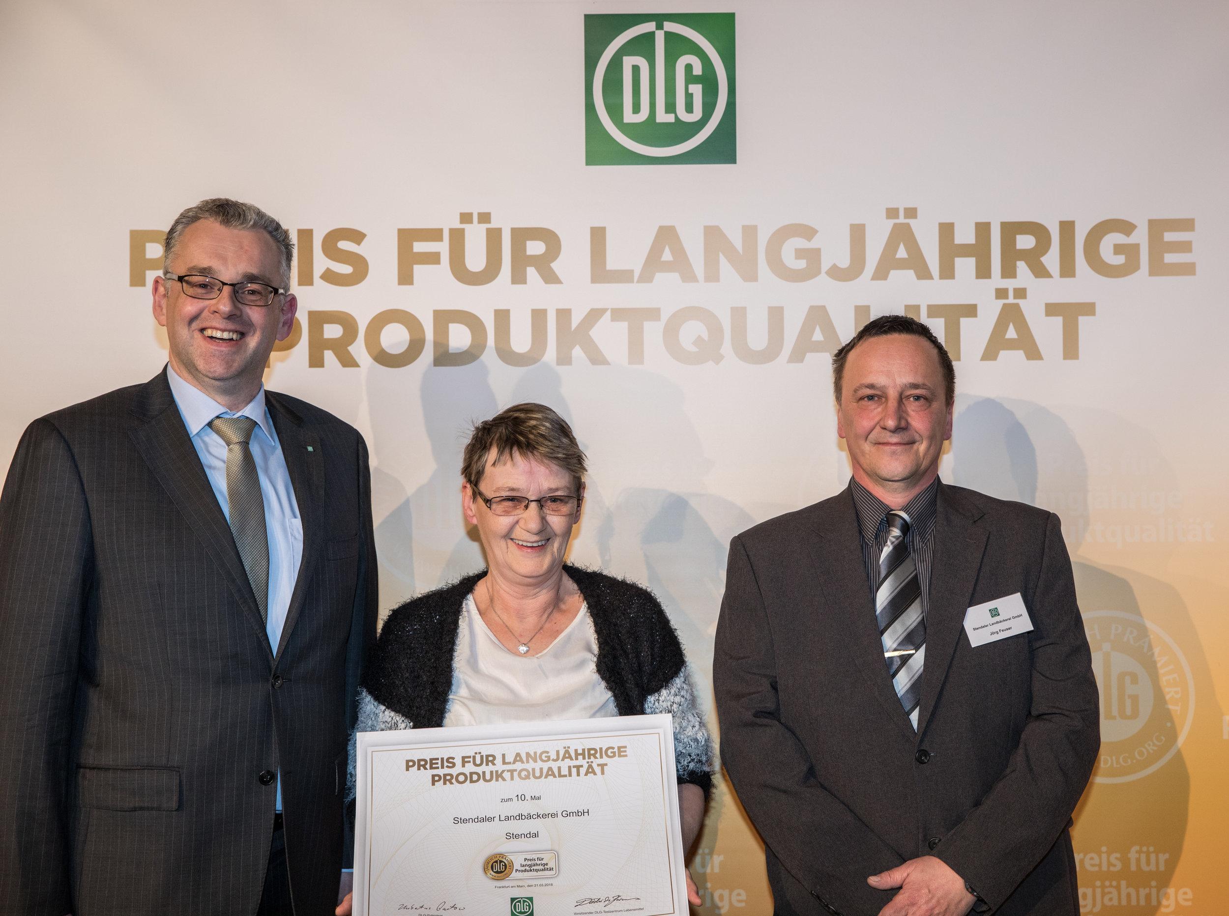 """- DLG-Vizepräsident Dr. Diedrich Harms (links) überreichte den """"Preis für langjährige Produktqualität"""" an die Produktionsleiter Jörg Feurer und Renate Heiden."""