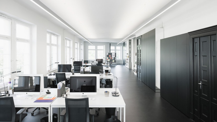 The right lighting in an office can make all the difference - like in this Berlin office lit by Selux