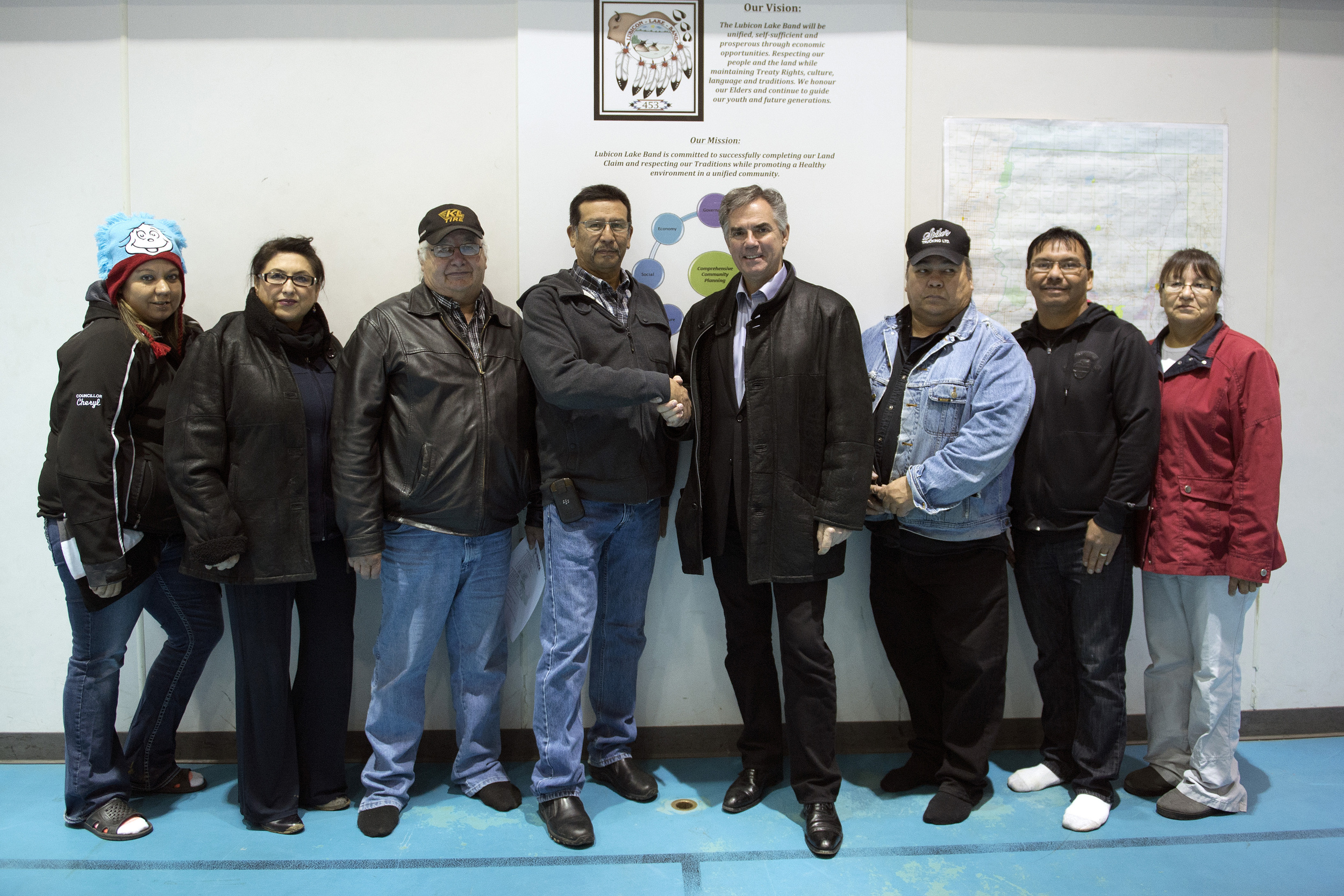 Premier meets with Lubicon Chief 45393a.jpg