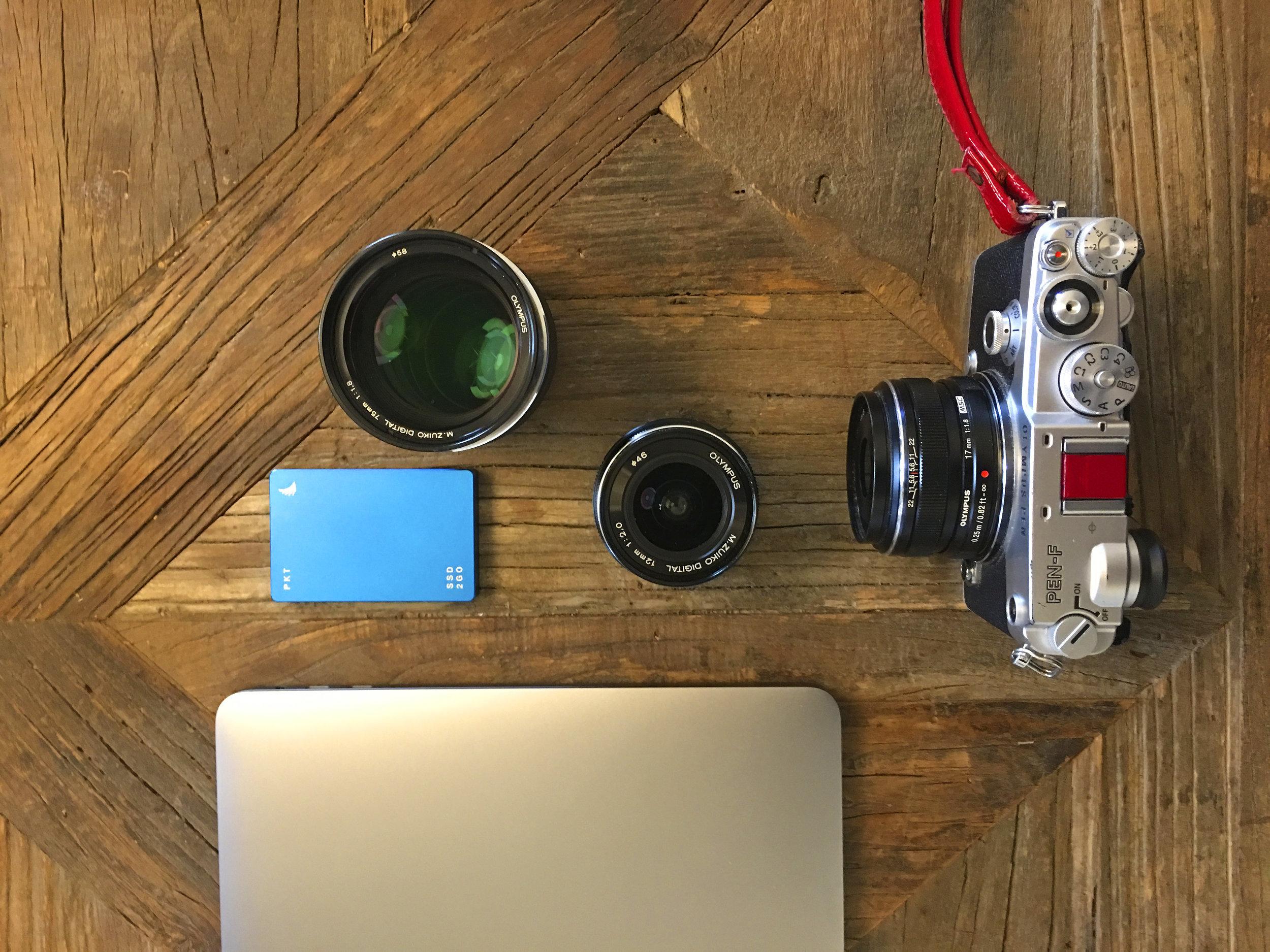 Mein kleines Standard Reisegepäck Eine Olympus Pen F mit 3 lichtstarken Fixbrennweiten, ein MacBook Pro und eine externe ultrakleine Festplatte.
