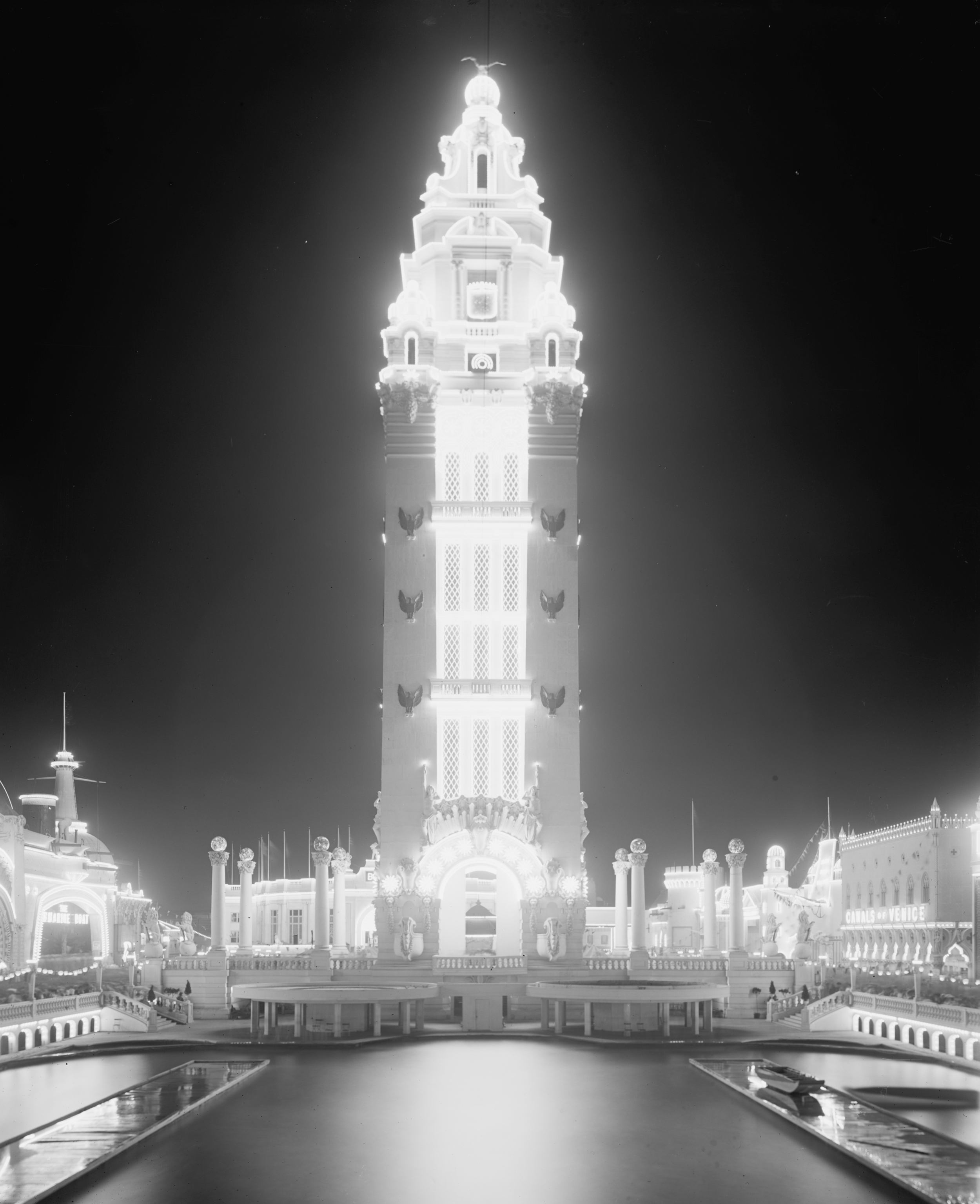 Dreamland's Beacon Tower at night, circa 1905. ( Library of Congress )